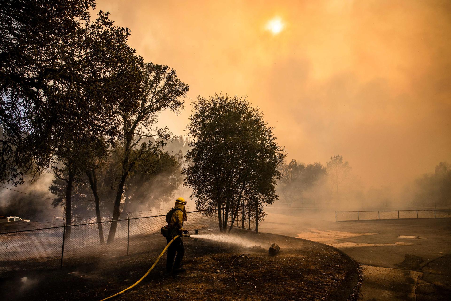 Les pompiers tentent de protéger l'usine de traitement de l'eau de St. Helena, à Napa Valley, le 27 septembre.