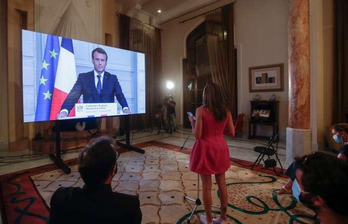 Emmanuel Macron répond aux questions des journalistes libanais présents à la résidence officielle de l'ambassadeur de France, le 27 septembre 2020 après sa conférence de presse.
