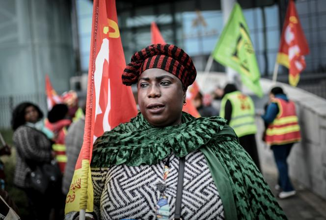 Des femmes de chambre de l'Hôtel Ibis Batignolles manifestent devant le siège du groupe hôtelier Accor, à Paris, le 17 octobre 2019, pour réclamer de meilleures conditions de travail.