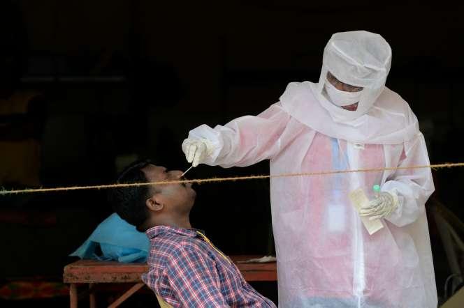 Un agent de santé fait un test PCR pour dépister le Covid-19, à Bombay, le 28 septembre 2020.