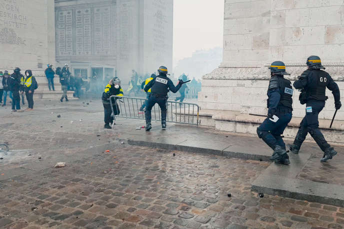 Une image de manifestation des «gilets jaunes»extraite du documentairede David Dufresne, « Un pays qui se tient sage».