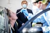 Le roi des Pays-Bas Willem-Alexander visite un centre de test à Leiderdorp, le 10 septembre.