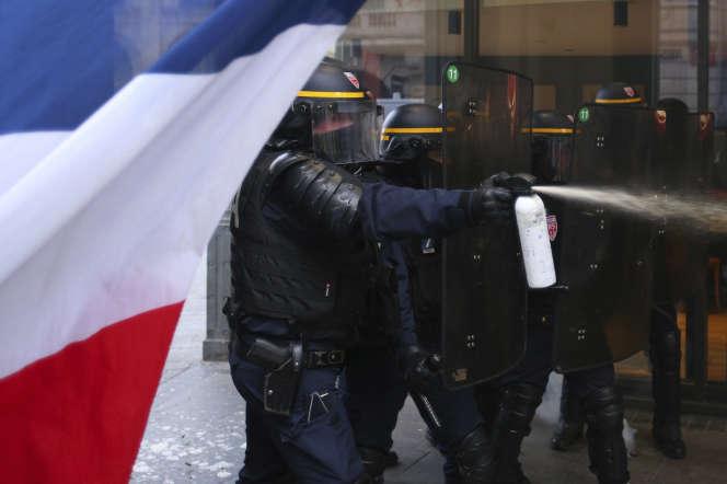 Des officiers de police utilisent du gaz lacrymogène contre des manifestants, à Lille, le 11 janvier.