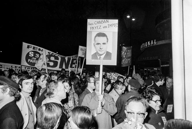 A Paris, le 17 février 1972, une manifestation de protestation contre Jacques Chaban-Delmas, organisée par le Parti communiste et revendiquant la suppression de l'avoir fiscal et l'allègement des impôts.