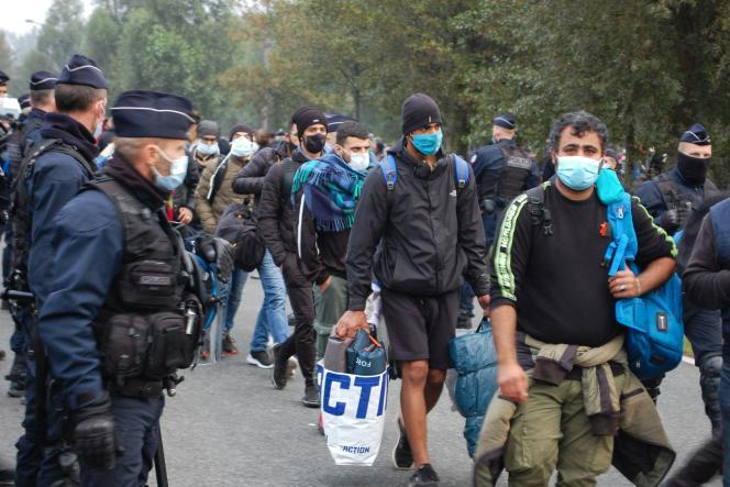 پلیس فرانسه 800 مهاجر را پس از برچیدن اردوگاه خود در نزدیکی بیمارستانی در كاله در سپتامبر 2020 تخلیه می كند.