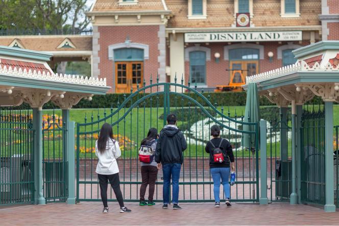 Les portes du parc Disneyland sont fermées, au début de la pandémie, à Anaheim, en Californie,le 14 mars.