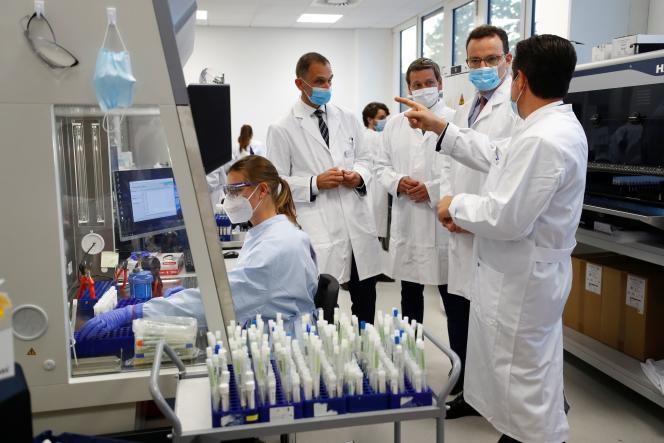 Le ministre allemand de la Santé Jens Spahn visite un laboratoire de Bioscientia Healthcare alors que la propagation de la maladie à coronavirus (COVID-19) se poursuit à Ingelheim, Allemagne, le 22 septembre