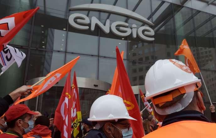 Les salariés de Suez manifestent contre le rachat par Veolia des parts d'Engie dans leur société le 29 septembre à Paris.