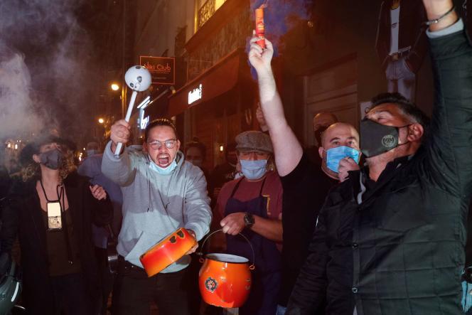 Des patrons de bars et de restaurants manifestent à Paris, le 29 septembre, contre les nouvelles restrictions.