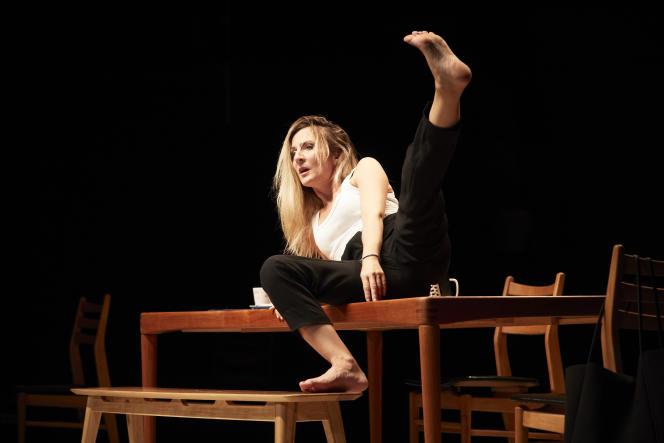 Camille Chamoux dans «Le Temps de vivre, un exposé sur la finitude en 70 minutes pile», au théâtre du Petit-Saint-Martin, à Paris, le 8 septembre.