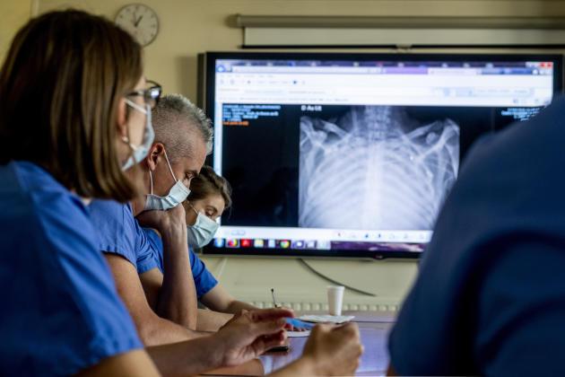 Les médecins du service de réanimation de l'hôpital de la Pitié-Salpêtrière examinent, le 17 septembre, une radiographie des poumons d'un patient atteint du syndrome de détresse respiratoire aiguë lié au Covid-19.