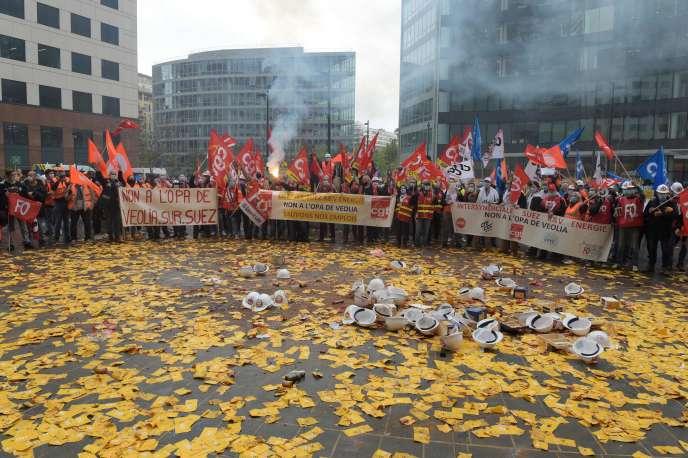 Manifestation d'employés de Suez, le 29 septembre à la Défense, à Paris.