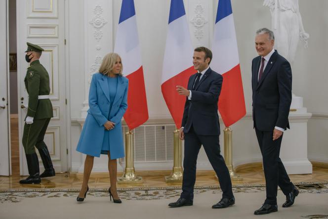 Les époux Macron et le président Nauseda, le 28 septembre, à Vilnius.