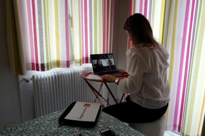 Une employée en télétravail depuis chez elle à Nice, le 15 mai.