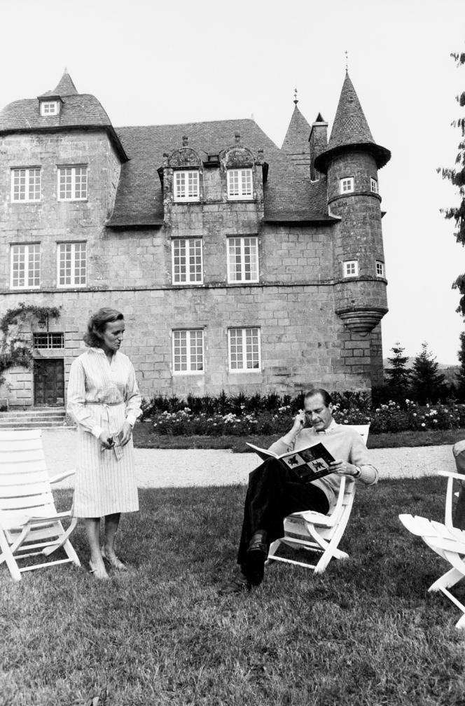 Bernadette et Jacques Chirac, le 30 août 1976, devant leur château de Bity, à Sarran.