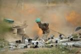 Un soldat arménien bombarde des positions de l'Azerbaïdjan dans la région du Haut-Karabakh, mardi 29 septembre.