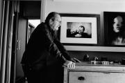 Paolo Roversi dans son bureau du 14e arrondissement de Paris, le 14 septembre. Au mur, un portrait de lui et de Peter Lindbergh pris à Moscou.