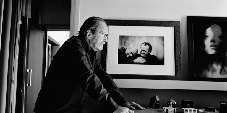 Paolo Roversi dans son bureau personnel de son studio dans le 14ème arrondissement de Paris. Au mur, un portrait de lui et de Peter Lindbergh pris à Moscou par le photographe Igor Ganzha et un portrait d'Audrey Marnay qu'il a réalisé. Paris, le 14 septembre 2020.