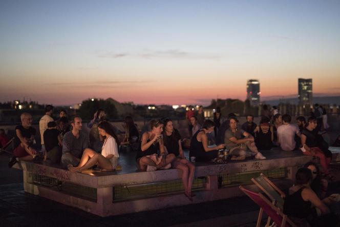 Des Marseillais profitent de leur soirée sur un des rooftops de la ville, le 12 septembre.