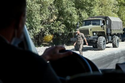 Des camions militaires sont aperçus sur le bord d'une route près du village de Zangakatun en Arménie le 30 septembre.