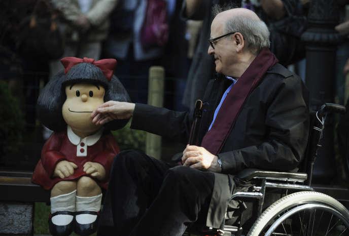Le dessinateur Joaquin Salvador Lavado Tejon, dit «Quino», aux côtés d'une statue de son personnage Mafalda, à Oviedo en Espagne, en 2014.
