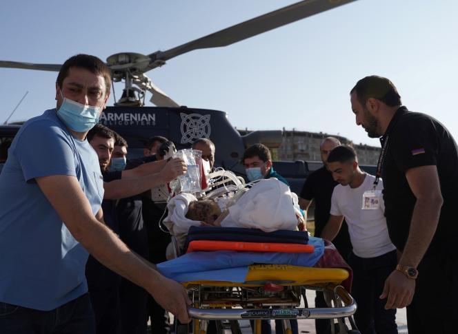 Un soldat arménien, blessé lors des combats avec les forces azerbaïdjanaises au-dessus de la région séparatiste du Haut-Karabakh, est évacué vers un centre médical à Erevan, le 29 septembre.