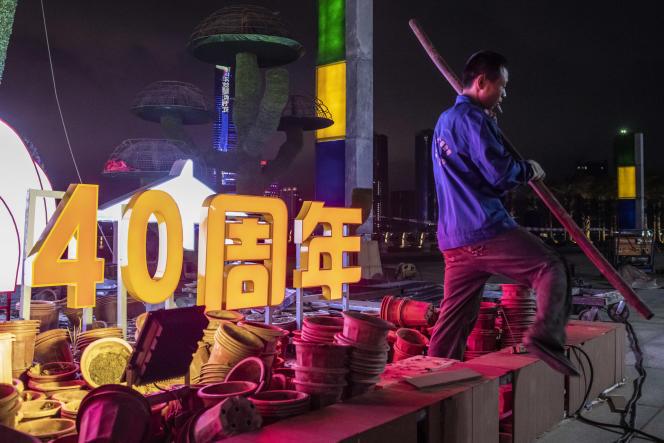 Zhuhai, Province du Guangdong, le 27 septembre 2020. Des ouvriers travaillent a une decoration florale installée a l'occasion de la célébration du 40e anniversaire de l'établissement des zones économiques spéciales.