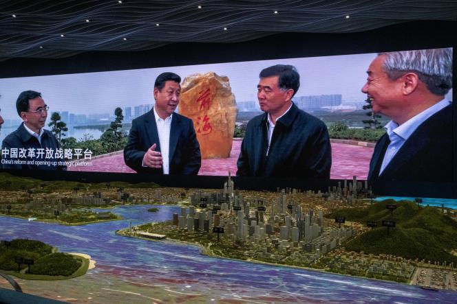 Shenzhen, Guangdong, le 27 septembre 2020. Au-dessus d'une maquette de la zone de libre-échange de Qianhai-Guangdong, une photo du President Xi Jinping en visite sur ce site-clé dans le développement d'une zone économique intégrée Shenzhen-Hong Kong.