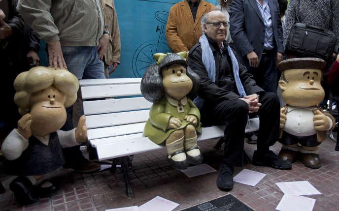 En septembre 2014, le designer Joaquin Salvador Lavado Tejon, dit «Quino», entouré de statuettes de ses personnages préférés Susanita, à gauche, Mafalda, au centre, et Manolito, à Buenos Aires, en Argentine.