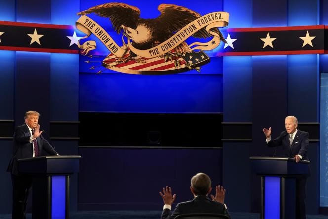 Les trois acteurs du premier débat présidentiel : le journaliste Chris Wallace, Donald Trump et Joe Biden, à Cleveland (Ohio), le 29 septembre.