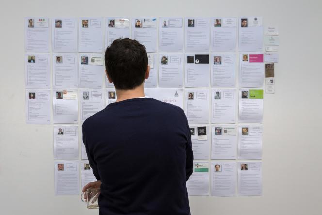 Des CV affichés dans un espace de coworking à Malakoff (Hauts-de-Seine), en 2015.