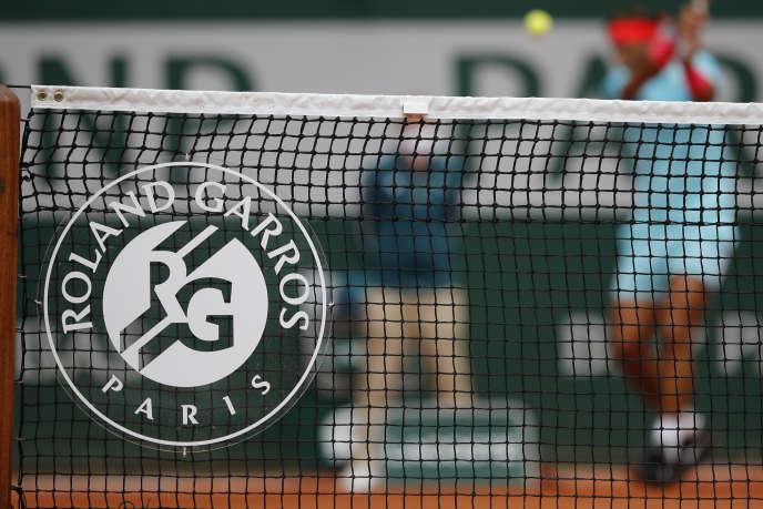 Le logo du tournoi sur un filet, à Roland Garros, à Paris, le 30 septembre 2020.