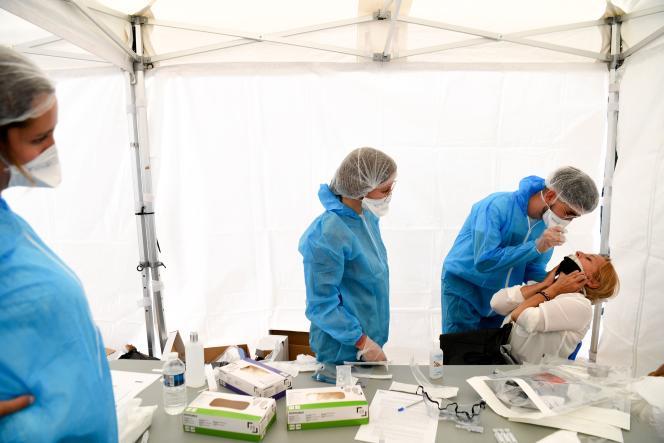 Réalisation de tests PCR pour dépister le Covid-19,à Montreuil (Seine-Saint-Denis), le 31 août.
