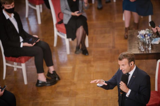 Le président de la République, Emmanuel Macron, lors d'un débat avec des étudiants de l'Université de Vilnius, le 29 septembre 2020.