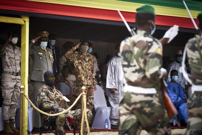 Le colonel Assimi Goita (quatrième à partir de la gauche) salue les soldats lors des funérailles de Moussa Traoré à Bamako, le 18 septembre.