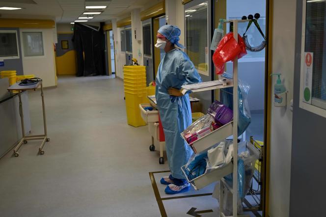 Un médecin traitant un patient atteint du Covid-19, aux urgences de l'hôpital La Timone à Marseille, le 11 septembre.
