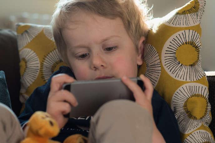 Certains enfants passent un tiers de leur temps de veille devant un écran.