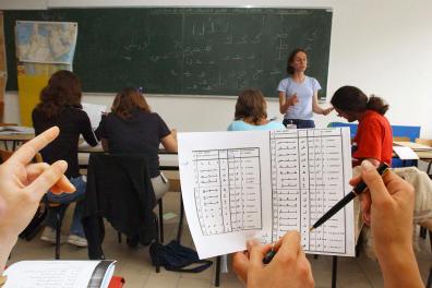 Des jeunes gens suivent un cours d'arabe, le 07 Juillet 2005, lors d'une formation à Carquefou. Depuis le 04 juillet dernier, 165 futurs coopérants sont à Nantes-Carquefou pour une ultime formation de 12 jours dispensée par la Délégation catholique pour la coopération (DCC), le plus important organisme français de coopération reconnu par l'Etat dans le cadre du Volontariat de solidarité international (VSI). AFP PHOTO FRANK PERRY (Photo by FRANK PERRY / AFP)