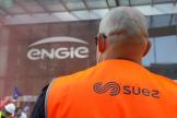 Des employés de Suez, devant les locaux d'Engie dans le quartier de La Défense, le 22 septembre.