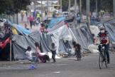 Des enfants jouent dans un camp de fortune destiné aux indigènes colombiensà Bogota, le 12 août 2020.