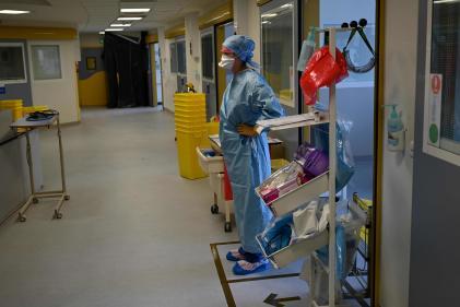 Un médecin affecté à un patient atteint de Covid-19, aux urgences de l'hôpital La Timone, à Marseille, le 11 septembre.