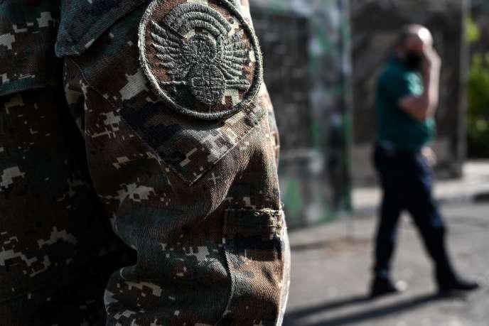 Un soldat de l'armée de défense du Karabakh devant un commissariat militaire à Erevan, en Arménie, mercredi 30 septembre.