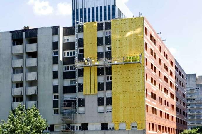 Travaux d'isolation sur un immeuble, à Courbevoie (Hauts-de-Seine), en juin 2014.