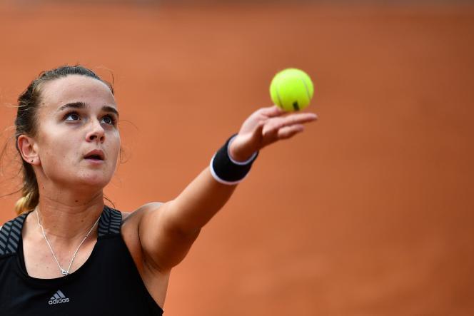 Clara Burel, lors de sa victoire contre la Slovène Kaja Juvan au deuxième tour de Roland-Garros, le 1er octobre.