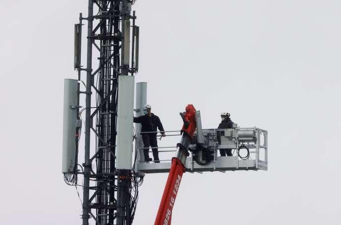 Des techniciens interviennent sur une antenne-relais du réseau téléphonique, à Lambres-lez-Douai (Nord), le 30 septembre.