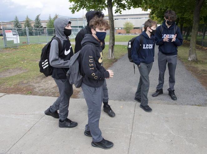 Des étudiants québécois protestent contre les nouvelles mesures sanitaires censées enrayer la propagation du Covid-19, à Montréal, le 1er octobre 2020.