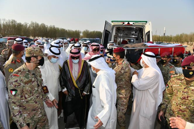 Le nouvel émir du Koweït,Nawaf Al-Ahmed Al-Sabah (en noir) suit le corps de son demi-frère, l'ancien émir Sabah Al-Ahmad Al-Sabah, peu avant son enterrement au cimetièreSulaibikhat, à Koweït,le 30 septembre.