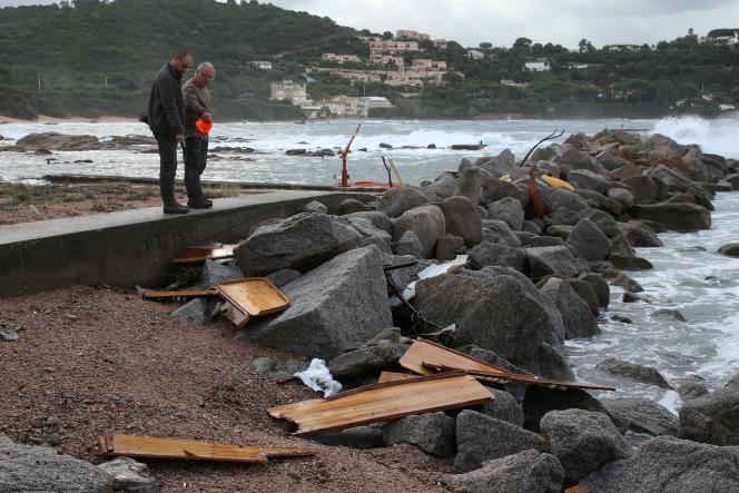 Débris du voilier Be-Bop, à Porticcio (Corse-du-Sud), le 26 septembre.