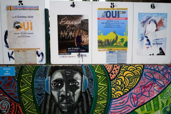 Les affiches de campagne pour le référendum sur l'accès à la pleine souveraineté, à Kone (Nouvelle-Calédonie), le 28 septembre.