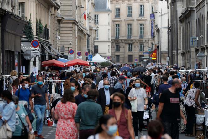 Une brocante dans le centre de Paris, le 19 septembre.
